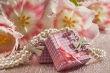 Fotografie květin, fotky květinových dekorací pro publikace na téma fotografie, květiny, kytky, dekorace, fotky, box, decoration, flower, gift, indoor, love, necklace, nobody, pearl, pink, spring, tulip