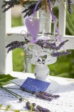Fotografie květin, fotky květinových dekorací pro publikace na téma fotografie, květiny, kytky, dekorace, fotky, candle holder, decoration, flower, garden, glass, label, lavender, love, nobody, outdoor, paper, summer, violet, white