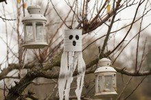 Fotografie květin, fotky květinových dekorací pro publikace na téma fotografie, květiny, kytky, dekorace, fotky, autumn, flower decoration, garden, ghost, hang, lantern, metal pot, nobody, outdoor, ribbon, strip, tree