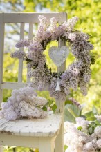 Fotografie květin, fotky květinových dekorací pro publikace na téma fotografie, květiny, kytky, dekorace, fotky, chair, flower decoration, garden, heart, lilac, nobody, outdoor, pink, spring, wreath