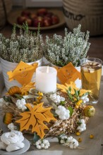 Fotografie květin, fotky květinových dekorací pro publikace na téma fotografie, květiny, kytky, dekorace, fotky, autumn, candle, fruit, heather, home, indoor, kite, nobody, orange, table, white snowberry, wreath