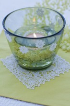 Fotografie květin, fotky květinových dekorací pro publikace na téma fotografie, květiny, kytky, dekorace, fotky, candle, candle holder, elderberry, flower, garden, glass, lace, lake, light, nobody, outdoor, summer, table, white